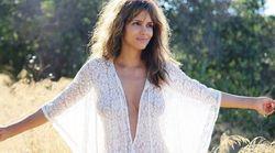Halle Berry svela le sue curve con un abito bianco trasparente e non manca di