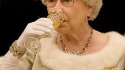 La Regina Elisabetta beve in media 4 drink al giorno (per una ragione ben