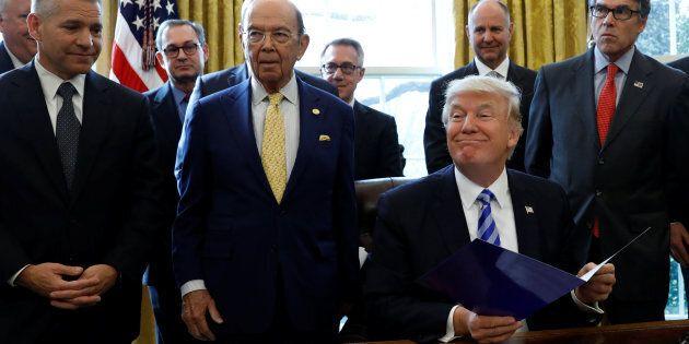 Donald Trump firma decreti sul commercio. Wilbur Ross: