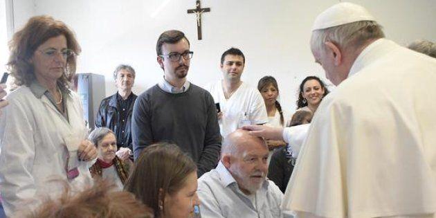 Papa Francesco esce dal Vaticano e va in visita a un centro per ciechi
