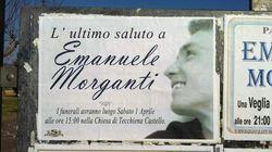 Gli amici di Emanuele portano a spalla la bara bianca per i funerali del