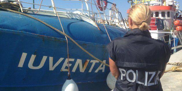 Gli italiani vogliono la polizia a bordo delle navi delle ong. Renzi: