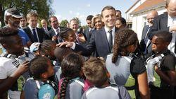 Macron delude un gruppo di bambini per