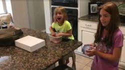 La gioia di due ragazzine per l'arrivo in casa della nuova sorellina (adottata) è davvero