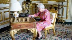 Questa foto della Regina con il suo iPad dice molto della monarca più social di