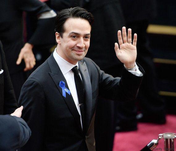 Oscar 2017, la protesta contro Donald Trump si fa con un nastro blu sui vestiti delle star:
