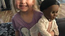 La lezione di questa bimba al cassiere che le chiede perché voglia una bambola di colore fa 500mila