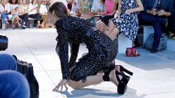 La top model Bella Hadid cade in passerella alla New York Fashion