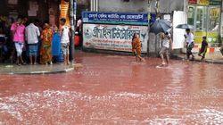 La pioggia porta per le strade di Dacca il sangue della festa del