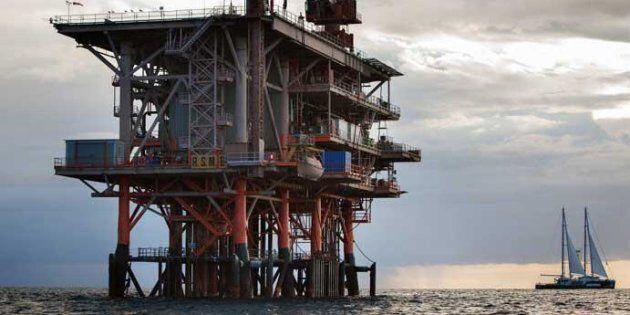 Nella foto distribuita dall'ufficio stampa Greenpeace il 31 luglio 2014 la Rainbow Warrior, nave simbolo...