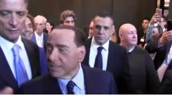 Berlusconi e la fan scatenata al Salone del Mobile: