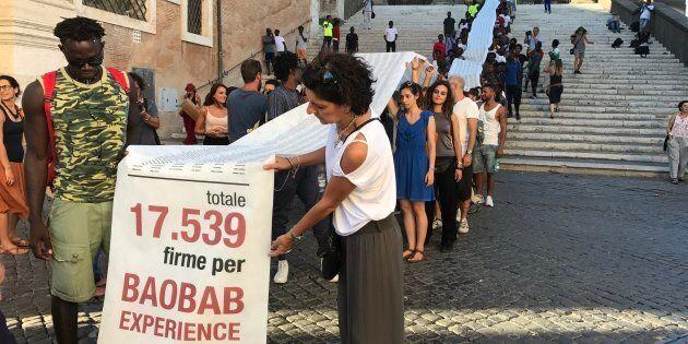 Un piazzale abbandonato per accogliere i migranti, Baobab Experience porta 17 mila firme sotto le finestre...