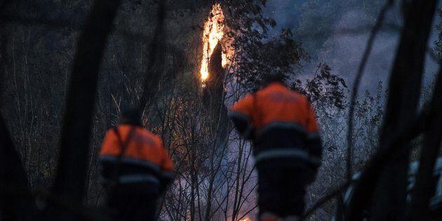 Fiamme nei pressi della casa dove madre e figlia sono rimaste uccise nell'incendio divampato vicino