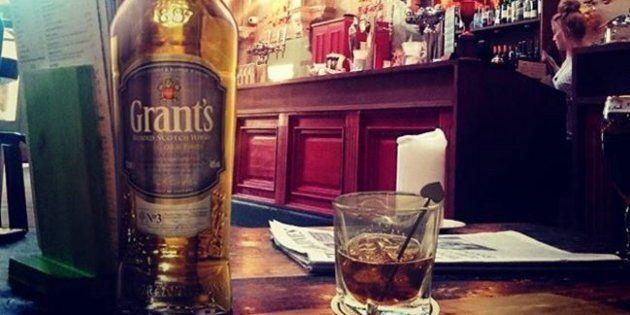 Un'azienda che produce whisky vuole assumere personale per viaggiare il mondo e