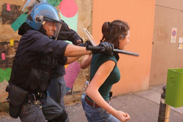 Un momento dei tafferugli durante lo sgombero da parte delle forze di polizia dell'ex caserma Masini...