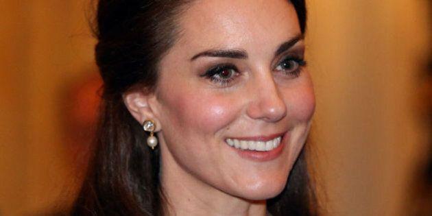 Kate Middleton illumina la scena in un abito di seta e brillanti e tacchi