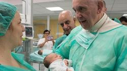Papa Francesco in mascherina abbraccia i bambini