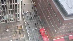 Camion travolge la folla a Stoccolma: la fuga dei pedoni ripresa da un