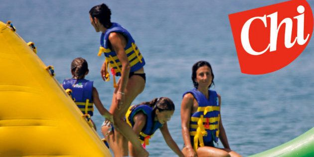 Punta Ala (GR), Agnese Landini moglie di Matteo Renzi mentre gioca non la figlia e gli amici su i gommoni...