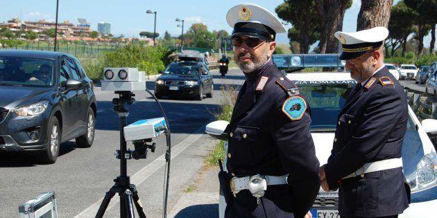 Stop all'uso indiscriminato dell'autovelox: dovrà essere segnalato due