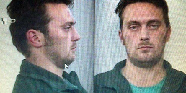 Il killer di Budrio intercettato a un posto di blocco dopo aver ucciso una guardia: lascia l'auto e scappa...