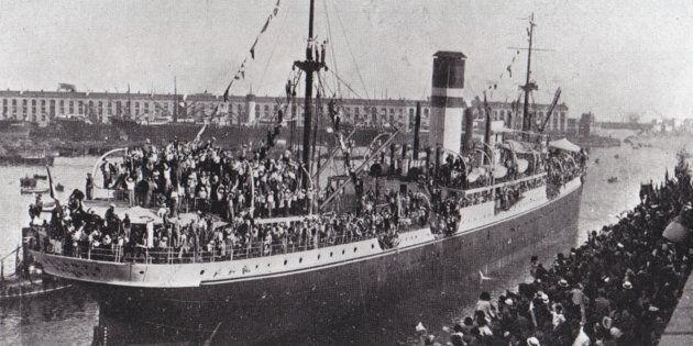 Un'immagine diffusa dall'archivio dell'Autorita' Portuale di Genova mostra una nave con a bordo 14 mila...