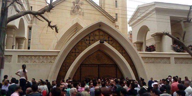 Tanta, 9 aprile 2017 - Persone alle porte della chiesta copta in Egitto dove 27 persone sono state uccise...