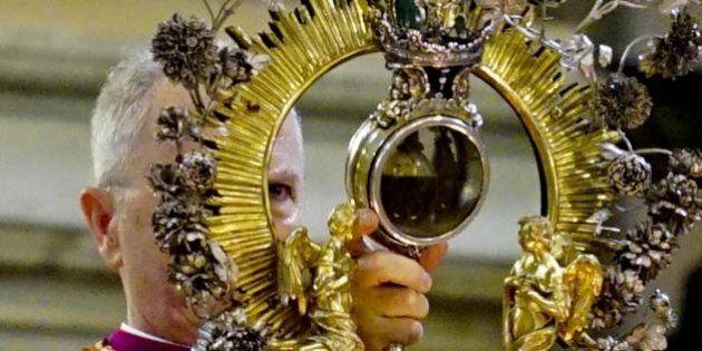 È avvenuto il miracolo di San Gennaro: le ampolle del sangue del santo si sono