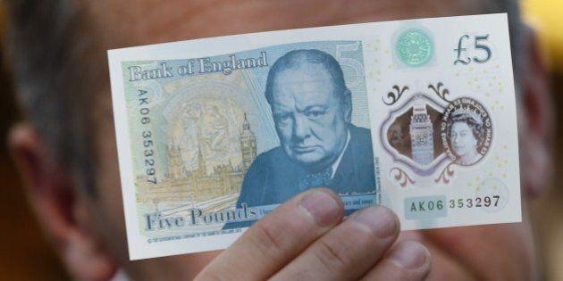 Le nuove 5 sterline sono fatte con grasso animale. Vegani in protesta: