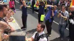 Gay Pride a Londra, poliziotto rompe le righe e va dal compagno: