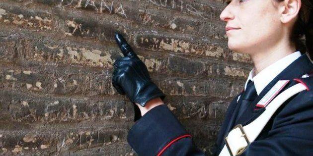 Colosseo sfregiato: un turista incide i nomi della moglie e della