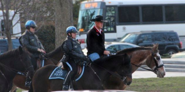Segretario all'Interno Usa Ryan Zinke arriva a Washington a cavallo con un cappello da