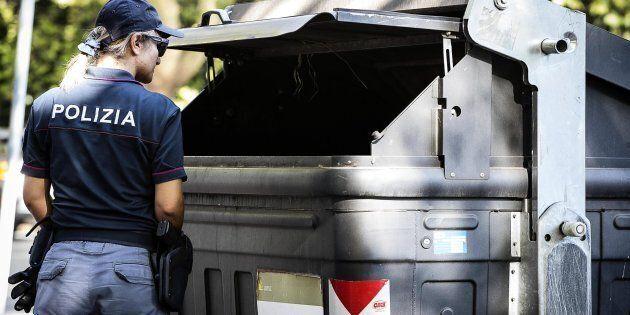 Agenti di Polizia nei pressi del cassonetto all'interno del quale sono state trovate due gambe, in via...