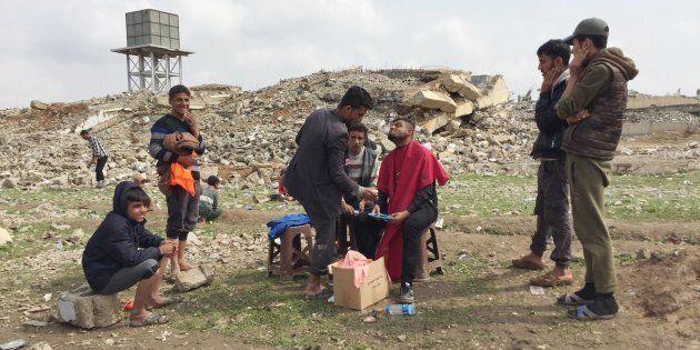 La storia di Alaa, il barbiere di Mosul. Quando una rasatura e un taglio di capelli esprimono la
