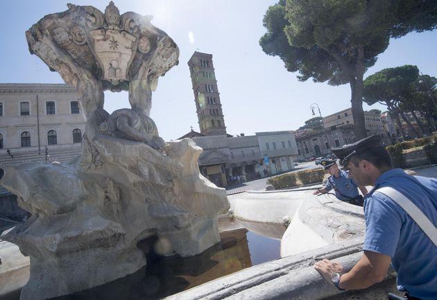 Una sostanza oleosa � stata riversata all'interno della fontana dei Tritoni, in piazza Bocca della...