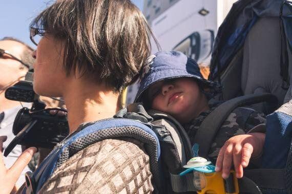 Elena, la freelance che gira con il figlio in spalla: