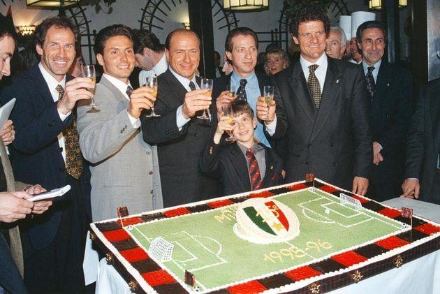 Il brindisi durante la cena organizzata dal Milan la sera dell'11 maggio 1996 per festeggiare la vittoria...
