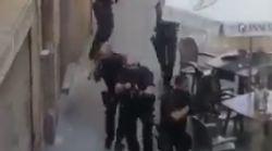 I poliziotti ripresi nei pressi della Rambla mentre cercano i responsabili