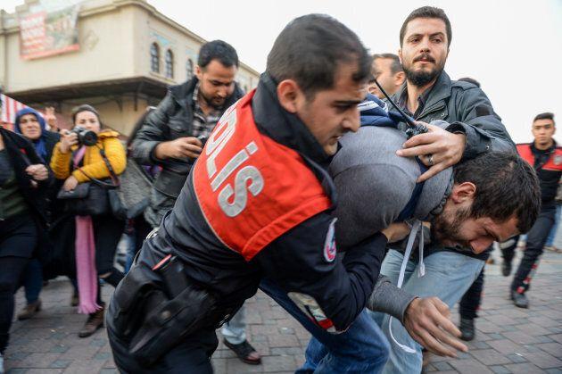 Con lui o contro di lui. Il presidenzialismo à la turc è l'ultimo azzardo di Erdoğan. Analisi di un referendum...