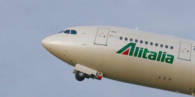 Alitalia, preaccordo azienda-sindacati: calano gli esuberi, taglio agli