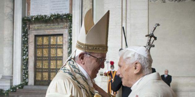 L'abbraccio tra Papa Francesco e Papa Benedetto XVI per i 65 anni di sacerdozio di