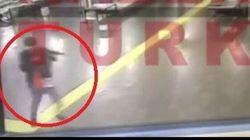 Le persone scappano, l'attentatore spara loro alle