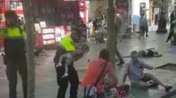 Poliziotto culla bimbo sulla Rambla. Un gesto di dolcezza per lenire il