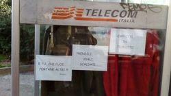 La Telecom porta via la cabina telefonica trasformata in guardaroba per