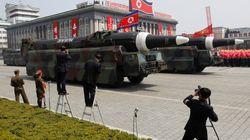 Kim Jong Un gonfia il petto con una parata di missili