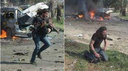 La disperazione del fotografo eroe di Aleppo: in ginocchio in lacrime dopo aver soccorso un bambino
