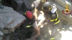 Nell'abbraccio dei vigili del fuoco dopo il salvataggio di Ciro c'è l'esultanza di tutti
