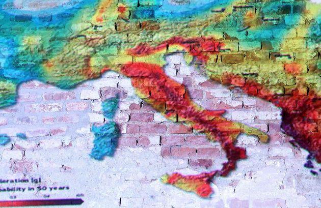 La mappa del rischio sismico in Europa proiettata su una paret durante la conferenza stampa sul progetto...