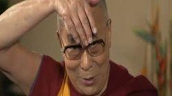Il Dalai Lama che non ti aspetti: fa il verso a Trump e il giornalista se la