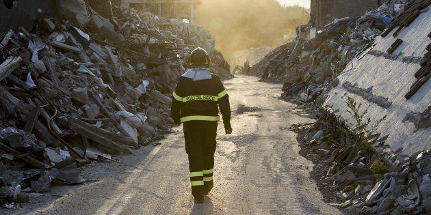 Un vigile del fuoco cammina su Corso Umberto I.